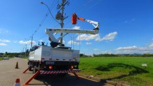 Cesta Aérea fazendo manutenção em rede elétrica
