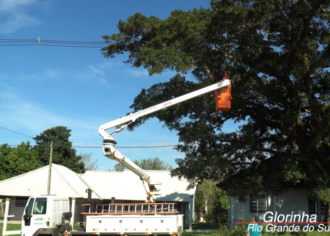 Cesta Aérea Glorinha RS 676x483 - [Case de sucesso] Podas de árvores na manutenção dos municípios
