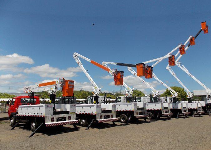 Cestas aéreas para trabalho em altura 676x483 - Empresa de serviços elétricos utiliza solução para redes energizadas