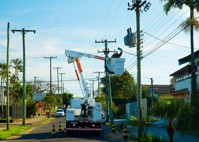 trabalho em altura com cesta aérea 676x483 - Trabalho em altura: como garantir segurança e eficiência